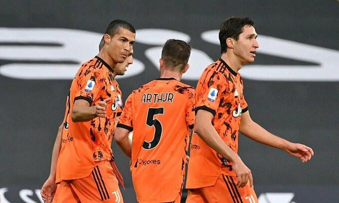 Ronaldo (trái) ghi được năm bàn qua ba trận ở Serie A mùa này  VUA-THE-THAO