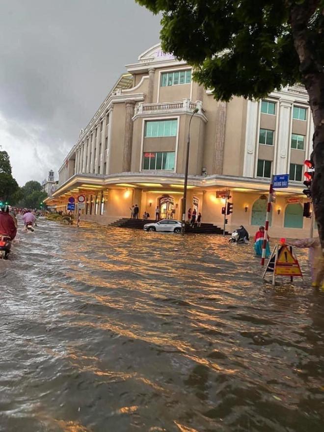 Ngã tư trước Tràng Tiền Plaza sát Hồ Gươm ngập sâu |VUA-THE-THAO
