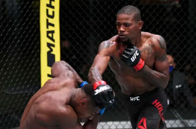 Kevin Holland (quần đen) có thêm một chiến thắng knock-out |VUA-THE-THAO