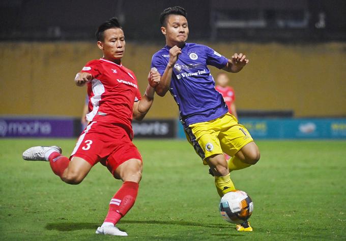 Hậu vệ Viettel (đỏ) theo sát Quang Hải trong trận derby thủ đô ngày 29/10 |VUA-THE-THAO