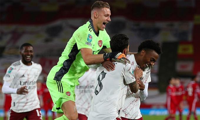 Leno chia vui cùng các đồng đội sau khi Arsenal thắng ở loạt luân lưu |JP88