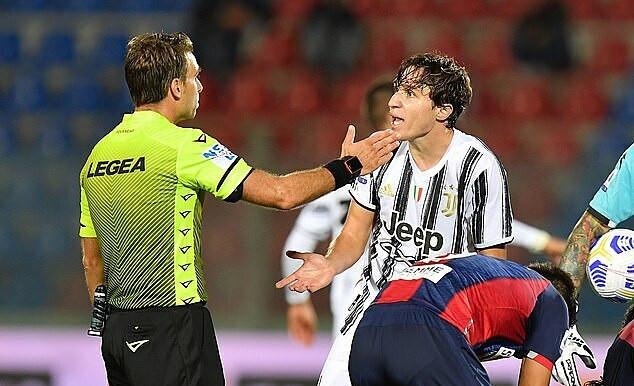 Federico Chiesa (phải) nhận thẻ đỏ ở phút 60  VUA-THE-THAO