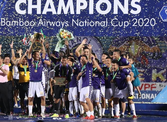Văn Quyết nâng Cup cùng các đồng đội  VUA-THE-THAO