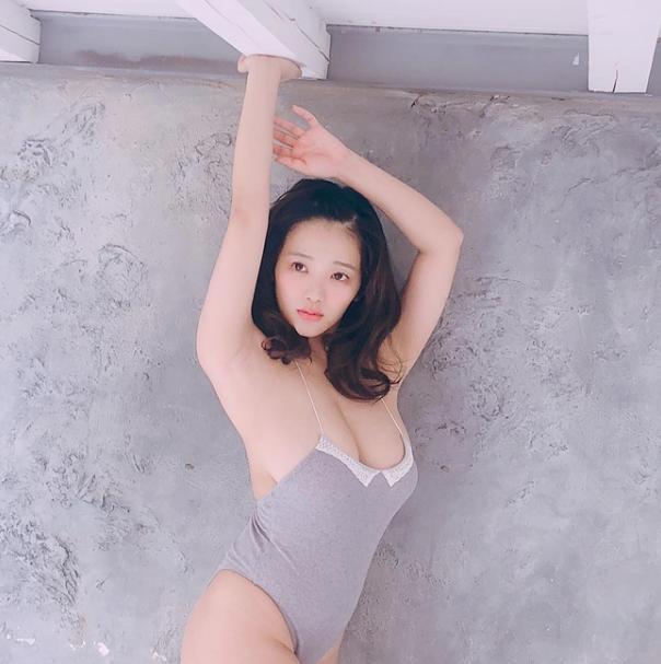 Jun Amaki tỏ ra đặc biệt yêu thích những chiếc váy quây ôm sát và xẻ sâu khoe vòng một đồ sộ.  ST666-VN-GAMES