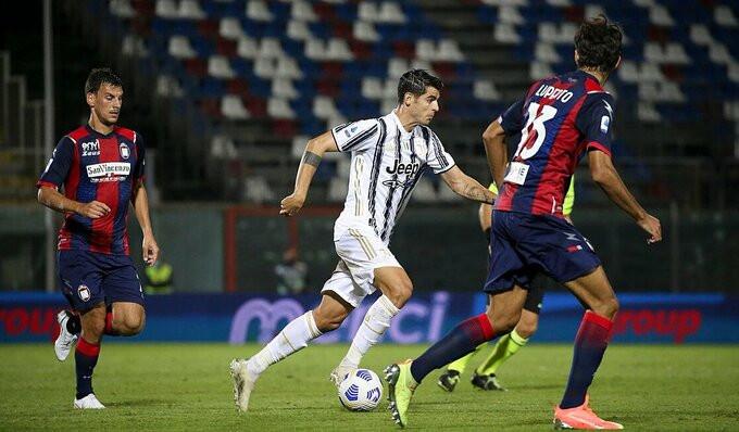 Morata trong vòng vây hậu vệ Crotone |JP88
