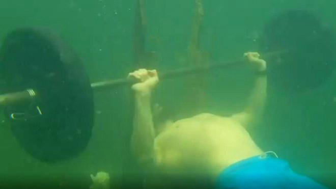 Vitaly Vivchar lập kỷ lục nâng tạ dưới nước  VUA-THE-THAO