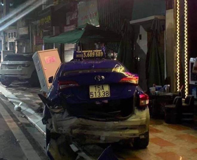 Tủ điện cũng bị xe ô tô Lexus tông hư hỏng |VUA-THE-THAO
