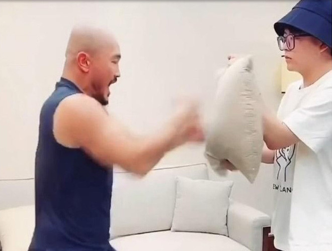 Yi Long thực hiện đấm 100 lần trong 10 giây  VUA-THE-THAO
