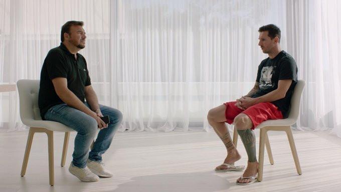 Messi (phải) tỏ ra nhẹ nhõm sau 10 ngày sóng gió |JP88