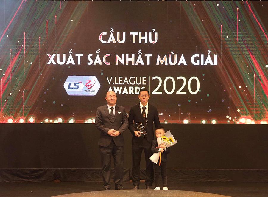 Văn Quyết giành danh hiệu Cầu thủ xuất sắc nhất V-League 2020 |VUA-THE-THAO