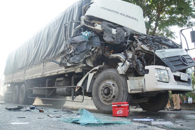 Xe tải hư hỏng nặng sau va chạm  VUA-THE-THAO