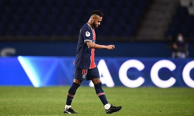 Neymar rời sân sau khi nhận thẻ đỏ ở trận đấu hôm 13/9 |VUA-THE-THAO