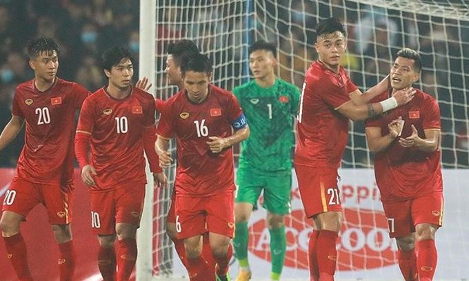 Văn Thanh (phải) động viên đồng đội sau bàn gỡ hòa 1-1 |VNGAMES