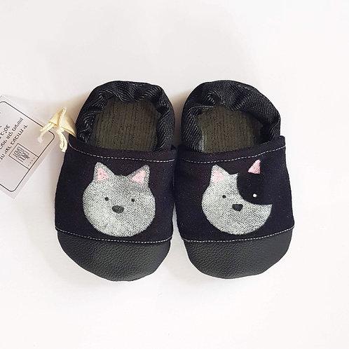 נעלי טרום הליכה שחורות עם חתולים לבנים