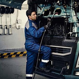 2324x1200-nordic-volvo-services-mechanic