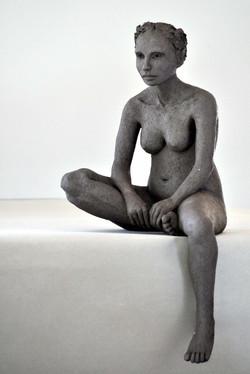 Deborah assise jambe pendante