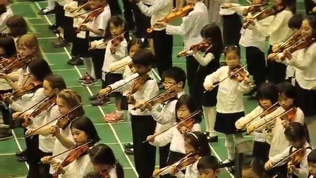 Gramy utwory Mozarta, Bacha i innych słynnych kompozytorów. Grają je wszystkie dzieci Suzuki na całym świecie.