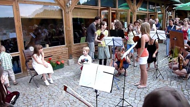 Często koncertujemy i jeździmy na warsztaty, gdzie gramy wspólnie te same utwory z dziećmi z Polski i całego świata
