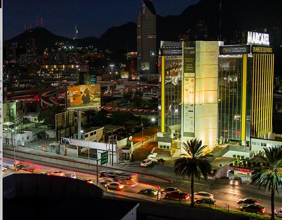 Foto panorámica del edificio de Marcatel iluminado de noche