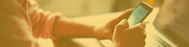"""Imagen de persona con un celular en sus manos para sección """"Telefonía"""""""