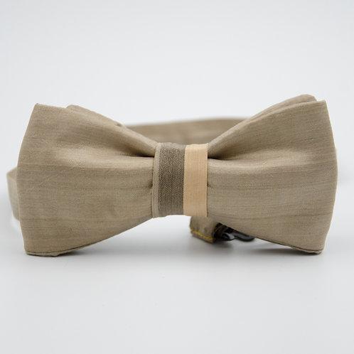 Fliege für Herren Anzug/Hemd aus Seide. Vorgebunden. Ca. 6x12cm. Beige