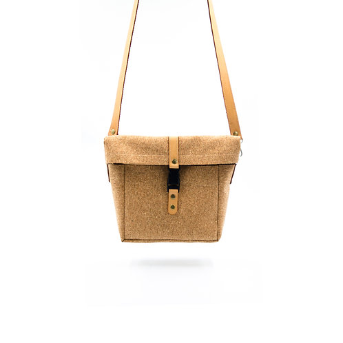 Small shoulder/crossbody bag made of vegan leather (cork) cir.23x21x7cm.Brown