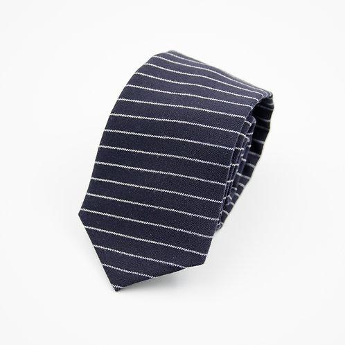 Schwarz Nadelstreifen Krawatte aus Schurwolle. Ca. 7x145cm.