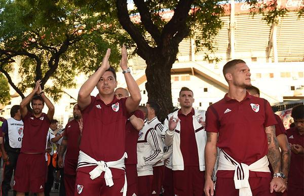 """Gallardo y los jugadores saludan  la gente que se acercó al """"Monumental"""" para agradecer al equipo. Foto: @CARPOficial."""