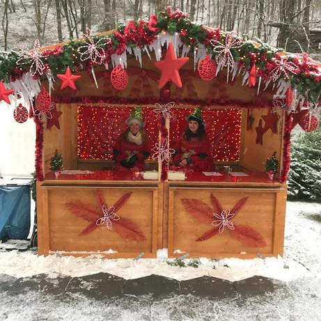 Zwei fleißige Helferlein im Weihnachtsbüdchen
