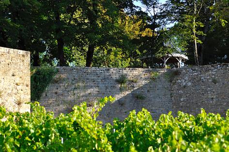 Aperçu de la gloriette du Grand Parc Romantique depuis la face sud des remparts médiévaux