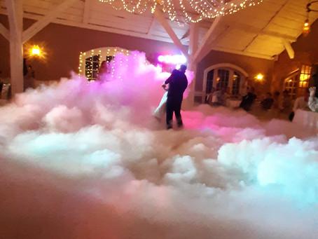 Дым для первого свадебного танца с холодными фонтанами