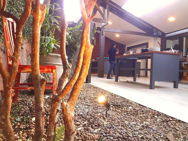 Espaço gastronômico diferente na Berrini. Árvore, cozinha no quintal