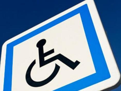 Os apoios para as pessoas deficientes.