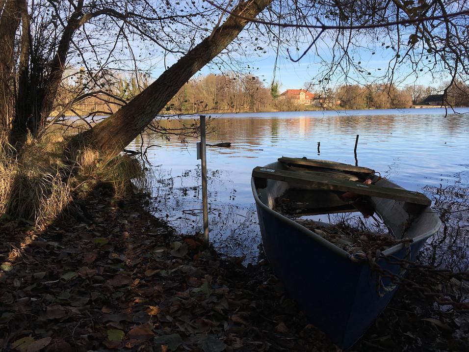 Der Woseriner See, hat 3 große Seen. Den Hofsee, den Holzsee und den Mühlensee. Idyllisch liegt am Ufer das Gutshaus.