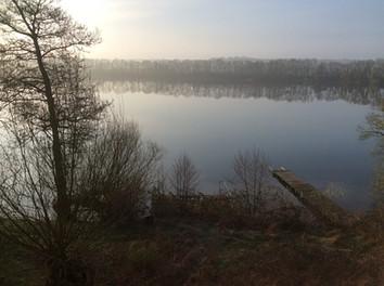 Der See schweigt, ein Fensterausblick.