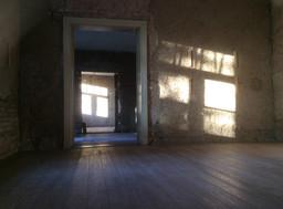 Warmes Sonnenlicht strahlt ins Haus, die Atmophäre ist besonders schön.