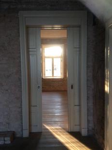 So sehen die Räume aus, alte Schiebetür zum Saal.