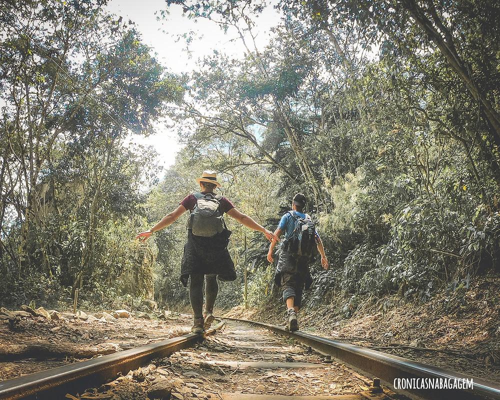 Casal caminha sobre trilhos a caminho de Machu Picchu