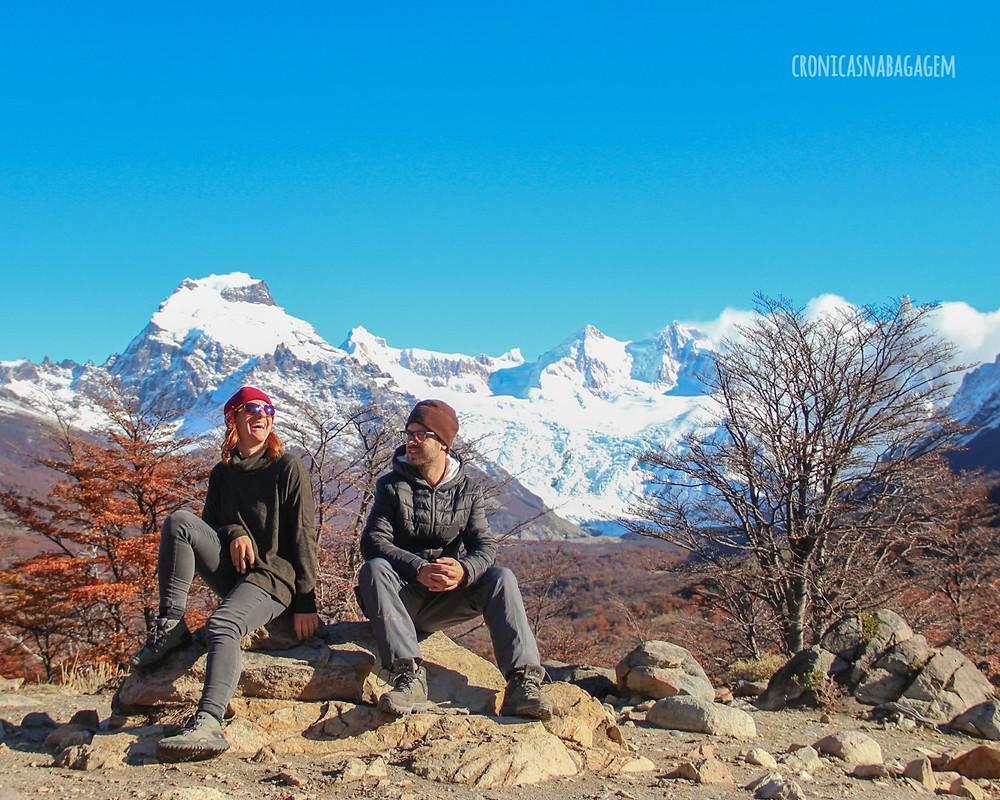 Casal sentado nas pedras descansando da trilha até o Mirador Torre, em El Chaltén