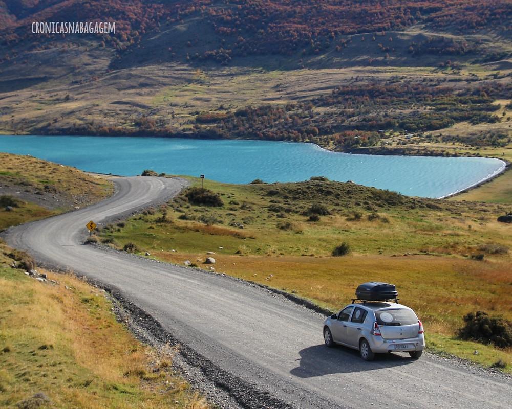 Carro percorrendo as estradas do Parque Torres del Paine