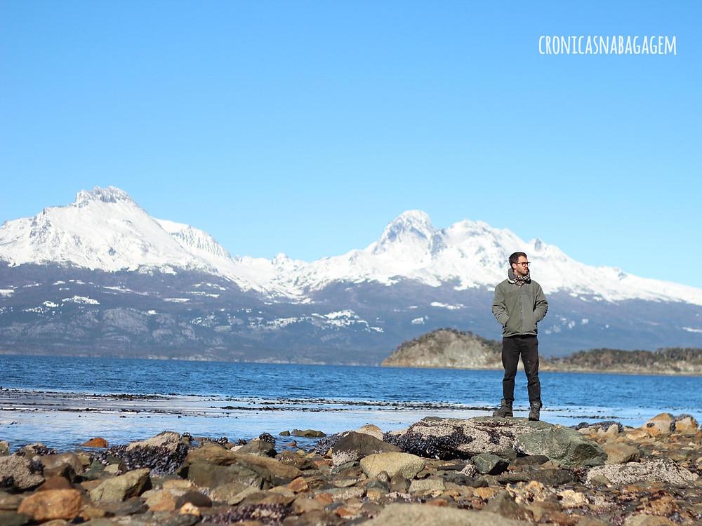 Homem com cordilheiras ao fundo no Parque Nacional Terra do Fogo