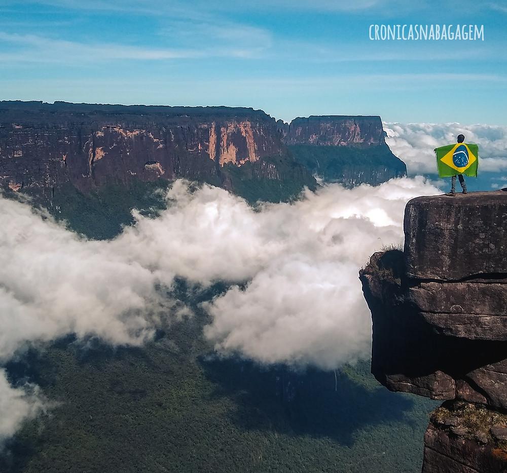 Homem com bandeira do Brasil no alto do Monte Roraima