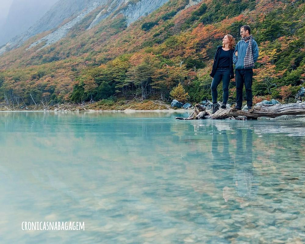 Casal refletido nas águas da Laguna Esmeralda, em Ushuaia