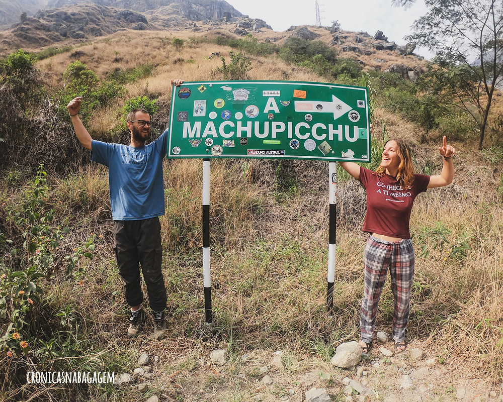Casal com placa escrito Machupicchu