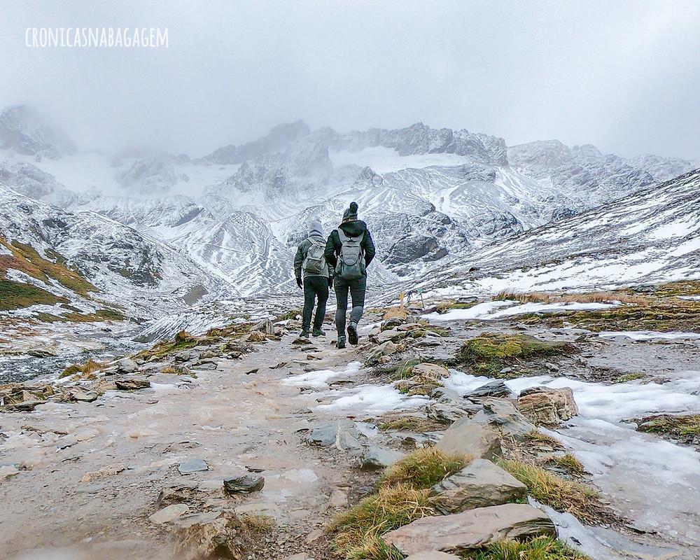 Casal na trilha ao Glacial Martial, em Ushuaia