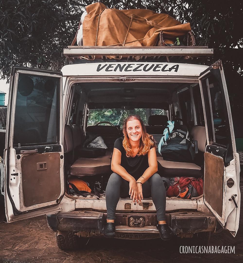 Mulher sentada em veículo escrito Venezuela