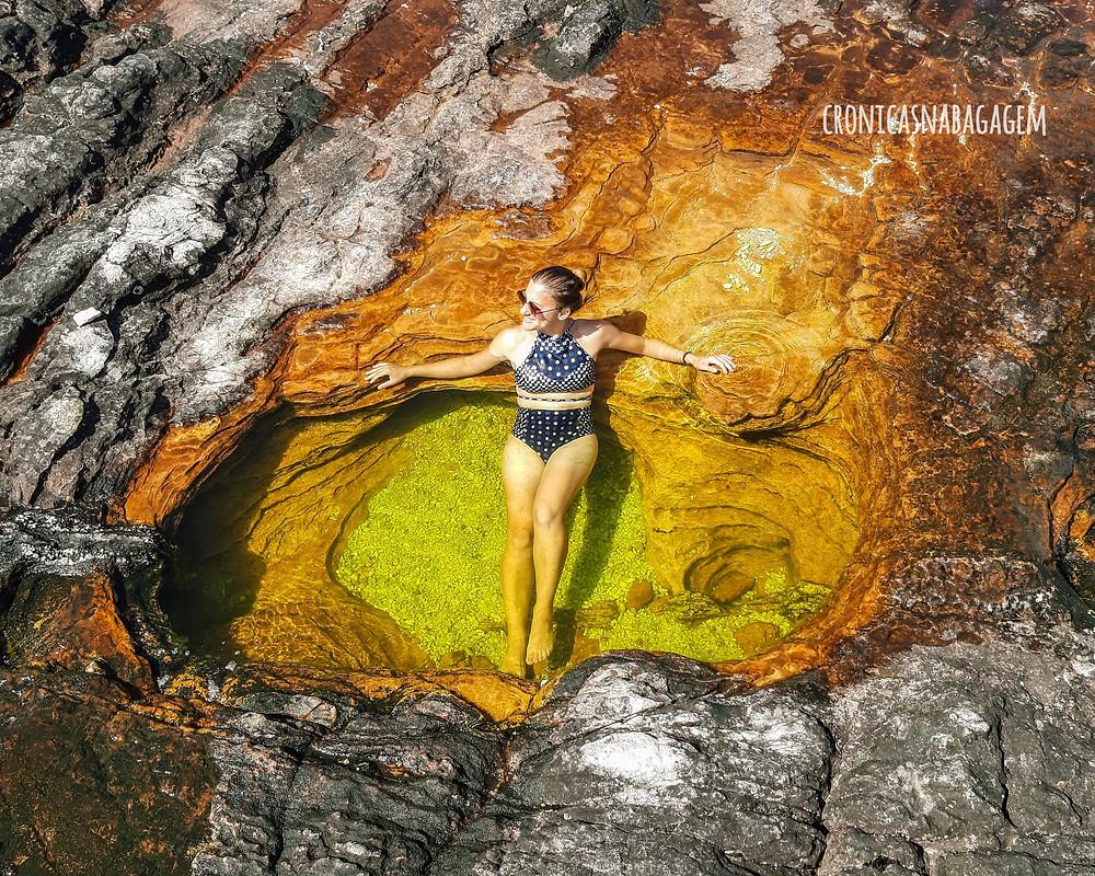 mulher em uma das piscinas naturais (jacuzzis) no alto do Monte Roraima