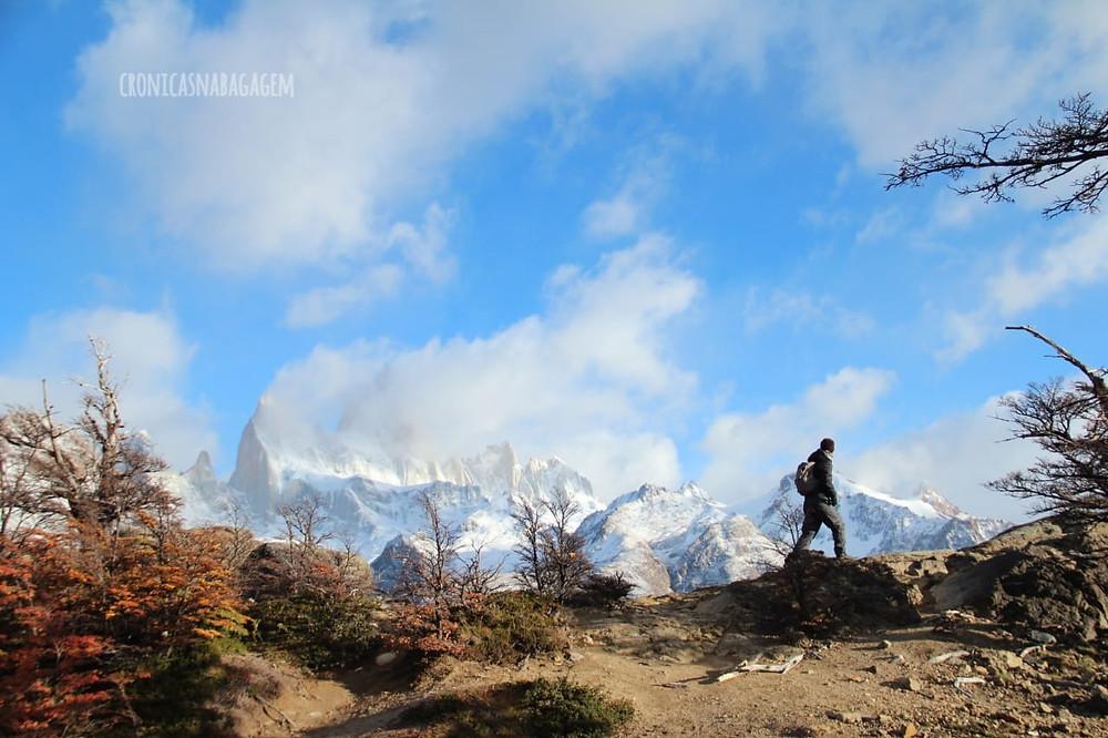Homem fazendo o trekking até a base do Fitz Roy