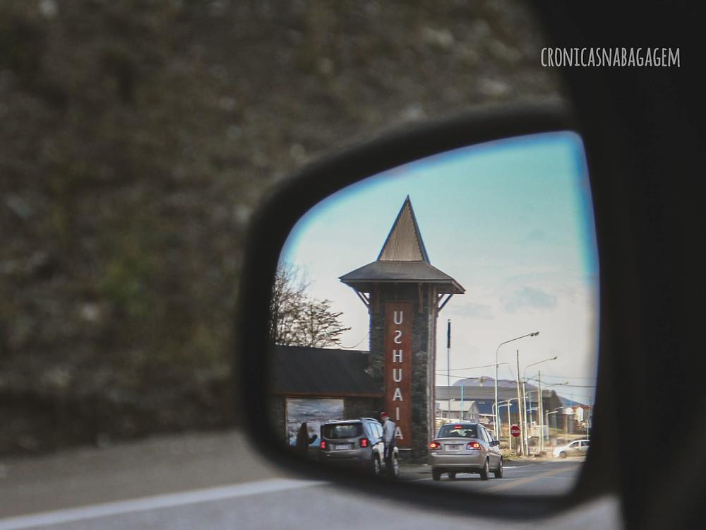 Letreiro de Ushuaia pelo retrovisor do carro