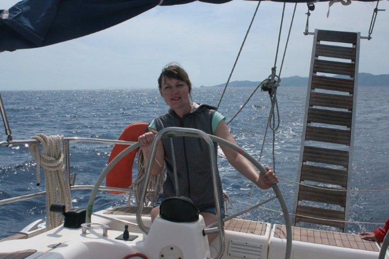 девушки на парусной яхте (16)